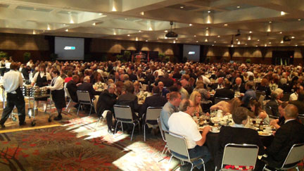 almost 1000 dealers enjoyng dinner and free drinks at the Amsoil 40th convention.